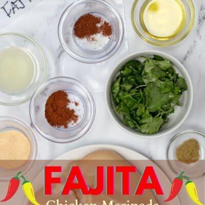 Pin di marinata di pollo Fajita con ingredienti e testo in sovrimpressione.