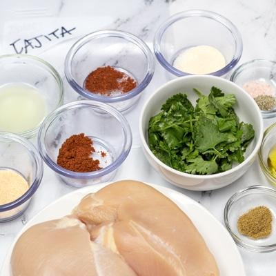 Ingredienti della marinata di pollo Fajita pronti per essere combinati.