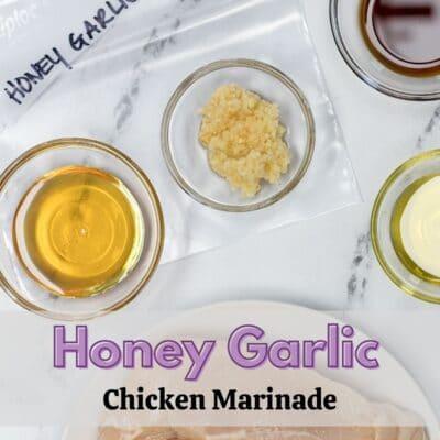 Honning hvidløg kylling marinade pin med ingredienser og tekst overlay.