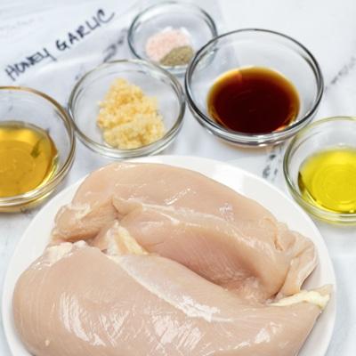 Honning Hvidløg Kylling Marinade ingredienser klar til blanding.