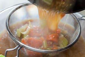 advarsel - dampende billede - belaste bouillon fra grøntsagerne.