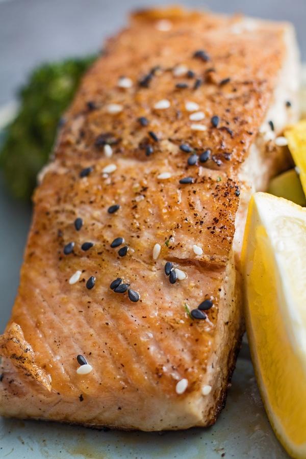 Imagen de primer plano alto de salmón hibachi.