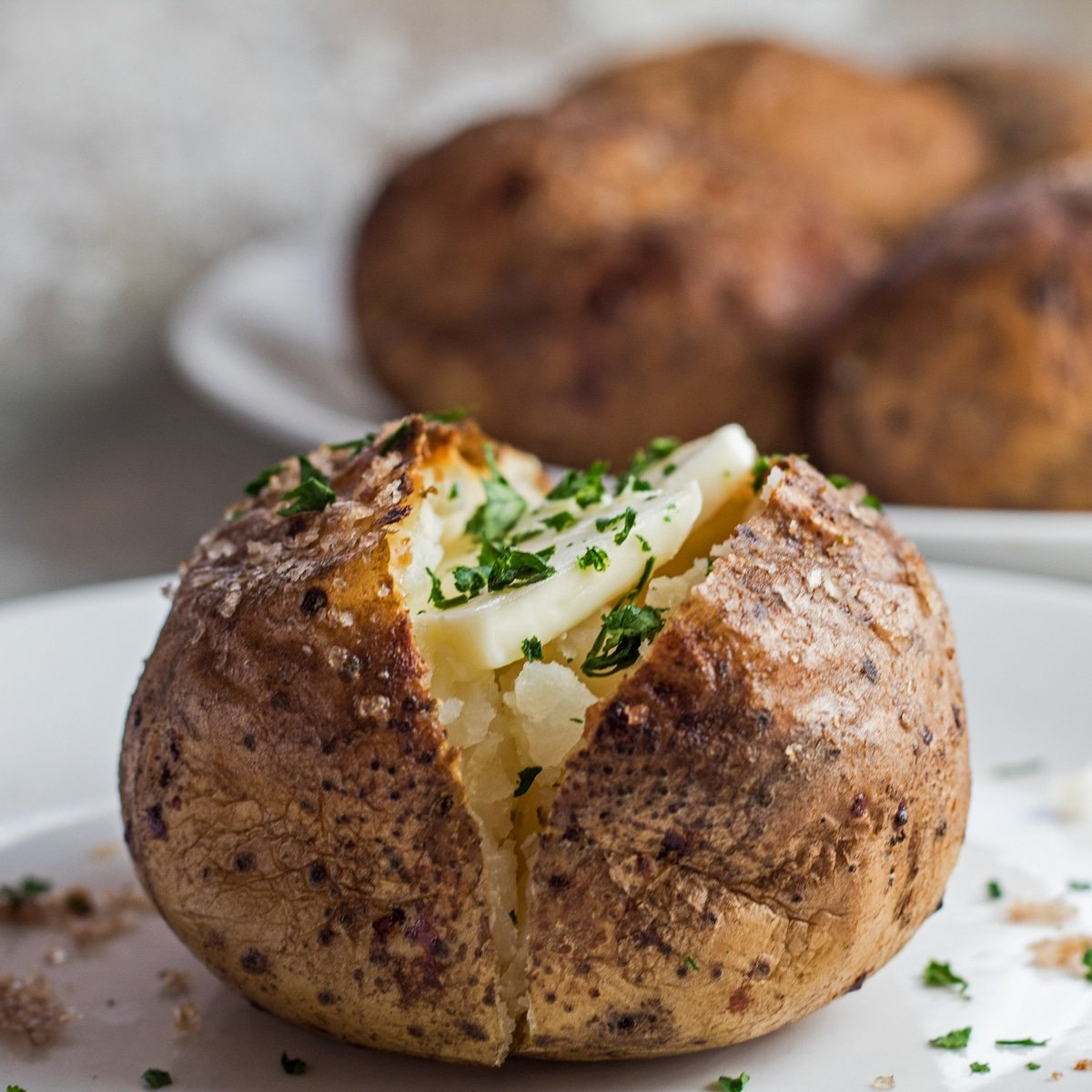 Grande imagem quadrada de saborosa batata cozida fumada com manteiga.