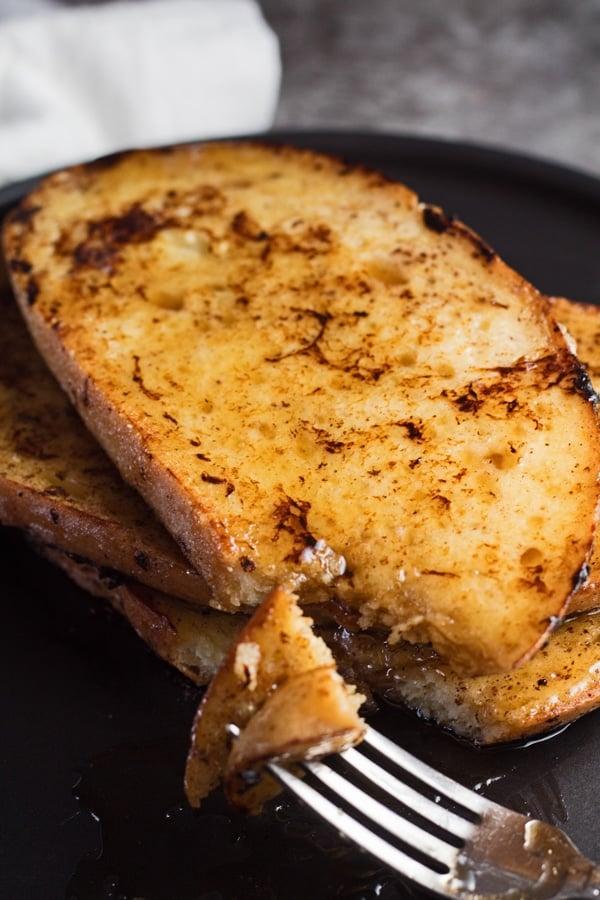 imagem alta com torrada francesa de massa fermentada e um garfo pronto para desfrutar.