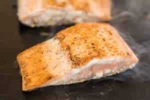 Cocine el segundo lado con la piel hacia abajo hasta que esté crujiente.