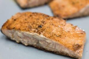 Filetes de salmón Hibachi descansando antes de servir.