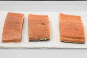 Preparando salmón para cocinar hibachi.