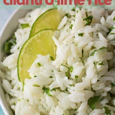 Pin instantáneo de arroz con cilantro y lima con texto superpuesto.