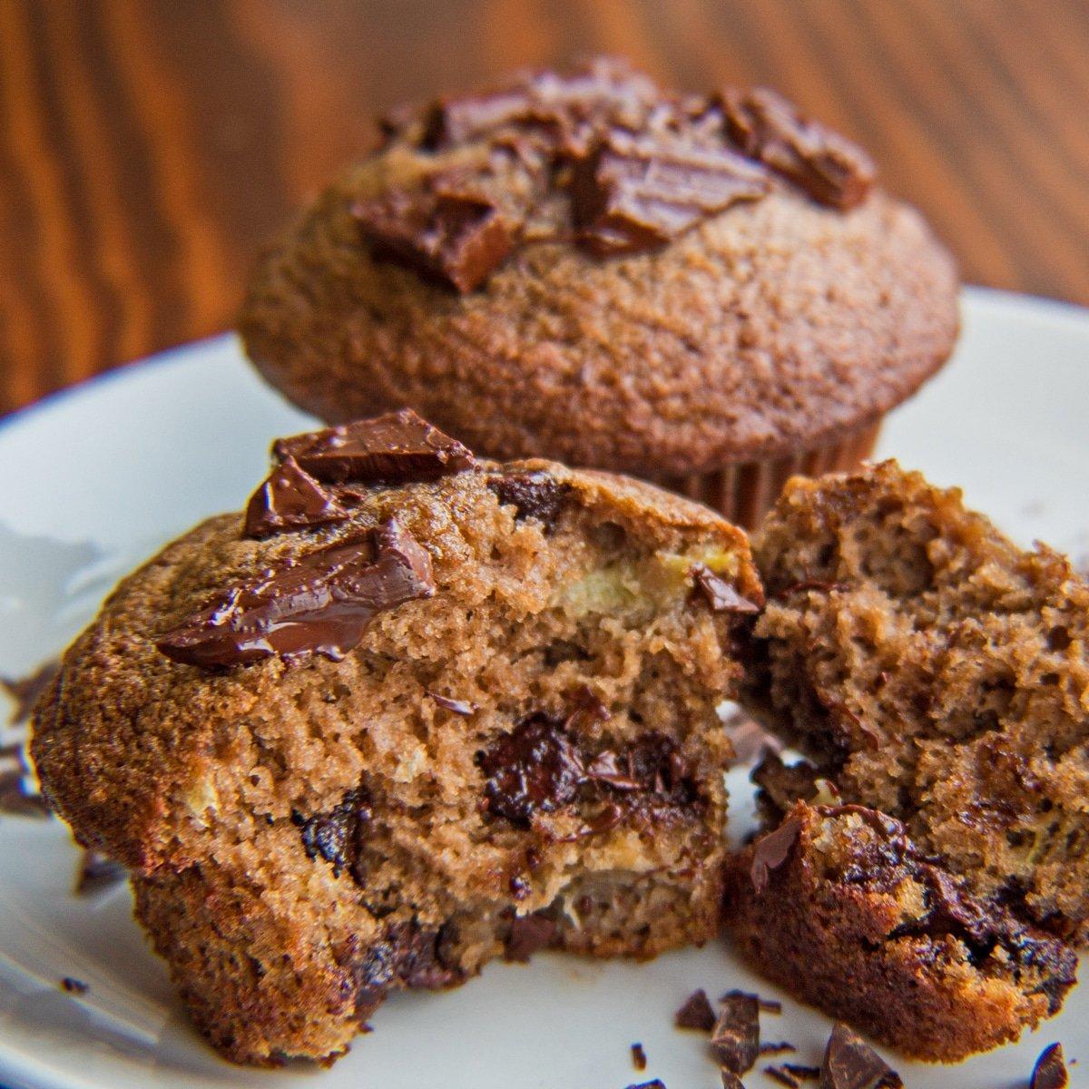 Proteinpulver chokolade bananmuffins med en split åben foran.