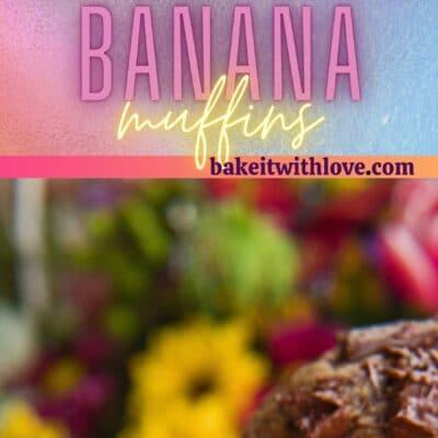 Høj nål med 2 billeder af proteinpulverchokolade bananmuffins.