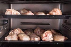 Sayap ayam beku dimasukkan ke dalam penggorengan udara.