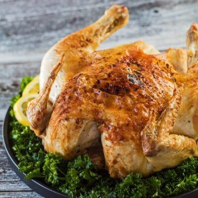 Fritöz bütün tavuk kaplamalı ve oymaya hazır.