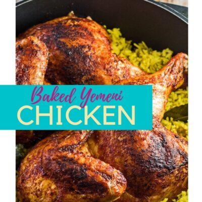 Pin com mandi de frango sobre arroz esfumaçado em forno holandês e sobreposição de texto.