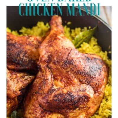 Pin com mandi de frango sobre arroz defumado em forno holandês e cabeçalho de texto.