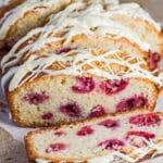 Irisan White Chocolate dan Raspberry Loaf Cake dengan taburan cokelat putih.