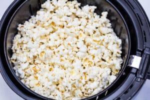 Fritöser poppade popcorn för att överföra till din skål.