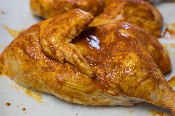 Metades de frango com marinada de mandi.