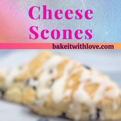 Metinle ayrılmış 2 yaban mersinli krem peynirli çörek resmi.