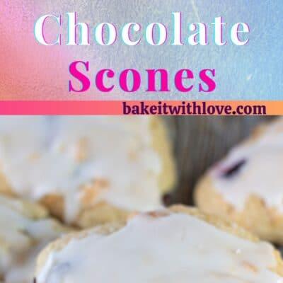 ブルーベリーホワイトチョコレートスコーンの背の高いピン。スコーンの画像が2つと、その間にテキストがあります。