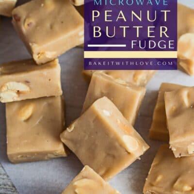 Pin de dulce de mantequilla de maní para microondas con texto superpuesto y cuadrados de dulce de azúcar dispuestos al azar.