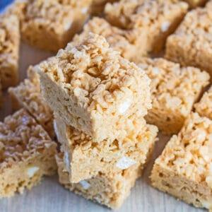Arroz con mantequilla de maní y golosinas Krispie apiladas