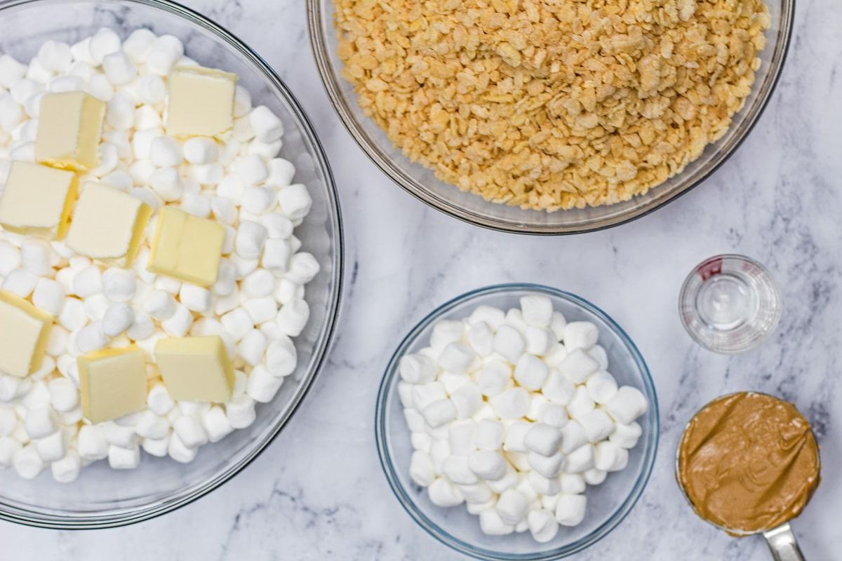 El arroz krispie con mantequilla de maní trata los ingredientes.