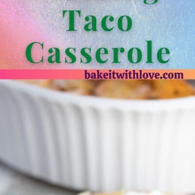 Gå taco gryta pläterad och serveras med sallad, gräddfil, pico de gallo och avokado.