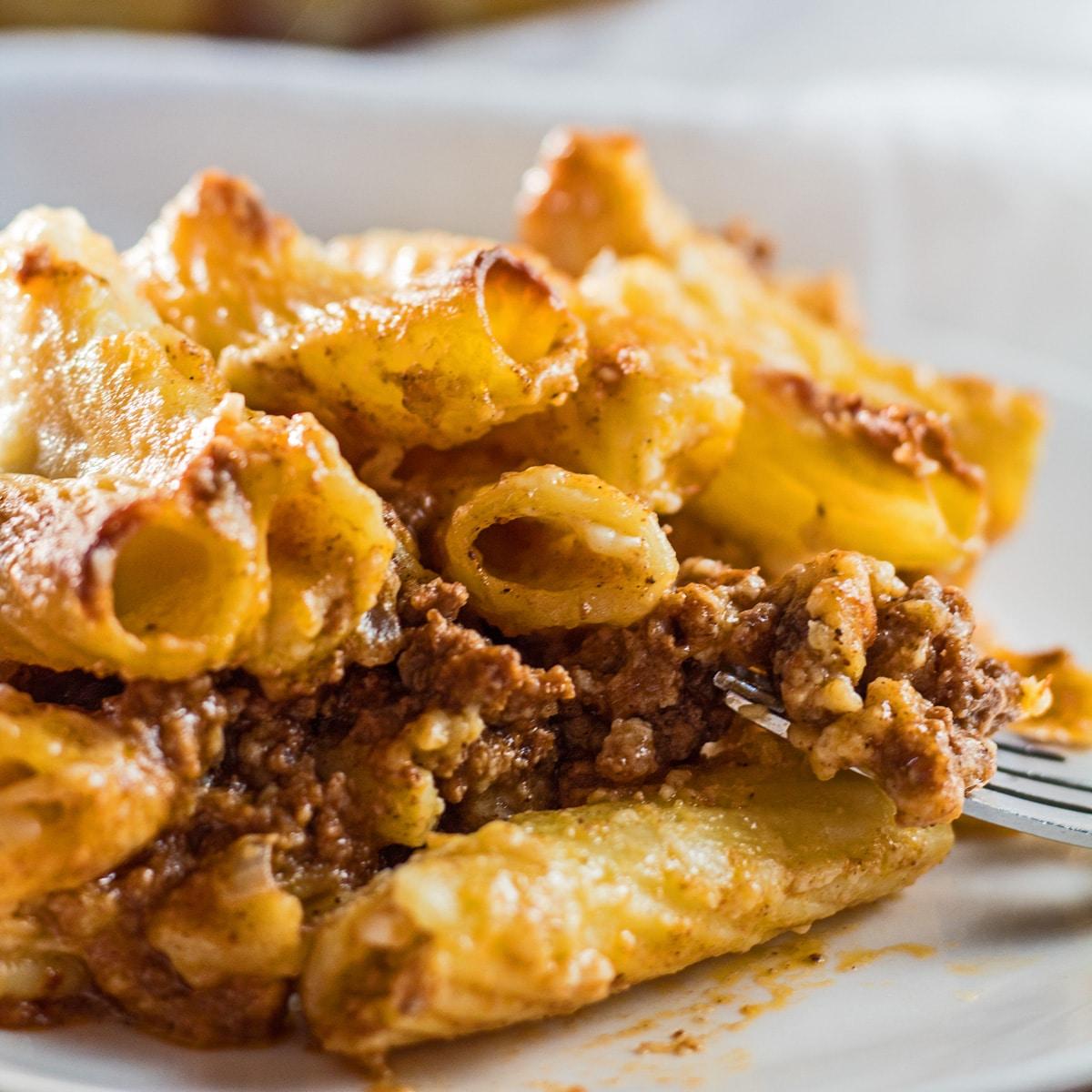 Bake pasta bechamel berlapis atau bechamel macarona yang disajikan pada hidangan putih.