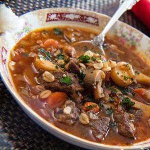 बचे हुए प्राइम रिब बीफ और जौ का सूप हॉलिडे बाउल में परोसा जाता है।