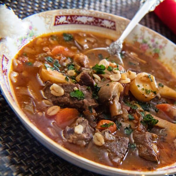 Sobras de costela de vaca e sopa de cevada servidas na tigela de Natal.