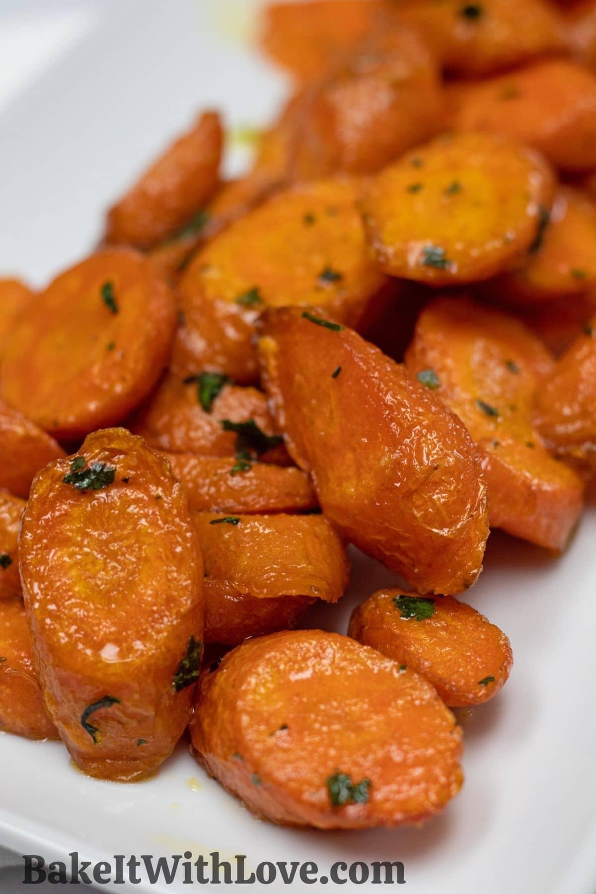 Kolay fritöz havuçları, mükemmellik için pişirilir ve beyaz bir tabakta servis edilir.