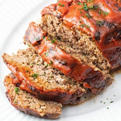 Sedap-udara-fryer-meatloaf-dihiris-dan-disajikan-di-putih-piring.