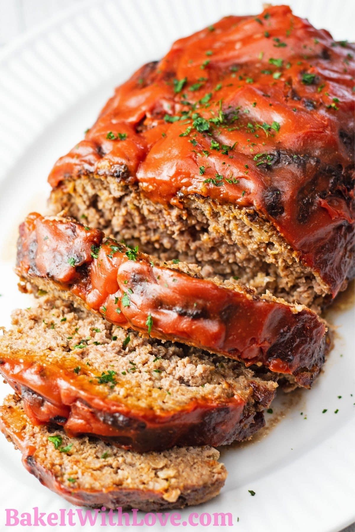 Вкусный-фритюрница-мясной рулет-нарезанный-и-поданный-на-белом блюде.