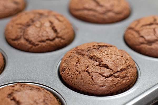 Elaborare la foto 11 dei cupcake al cioccolato dopo la cottura.