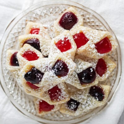 Kolaczki cookies on a glass plate.