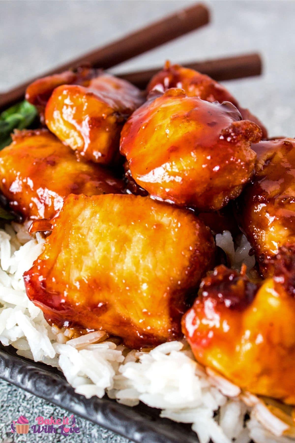 Высокий крупный план курицы генерала цо, подаваемой с рисом.