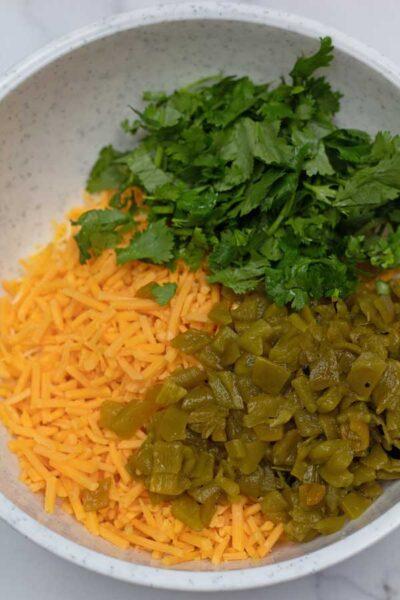 Processe a foto 1 dos ingredientes do recheio de enchilada de queijo na tigela.