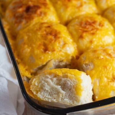 Rollos de queso horneados hasta que estén dorados y se muestran aquí mientras se enfrían en la sartén.